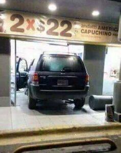 Camioneta choca en Oxxo en cadereyta